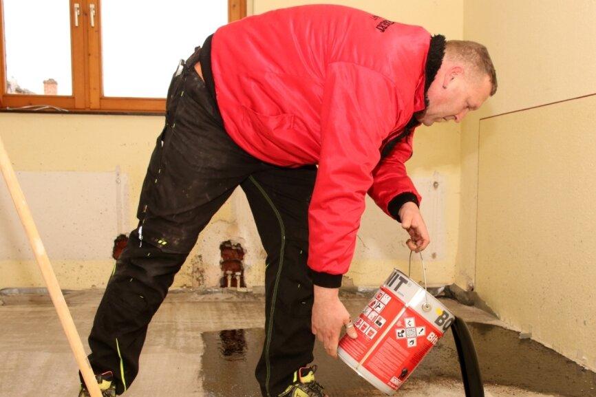 Rotschauer Turnhallen-Zimmer erhält neuen Fußboden