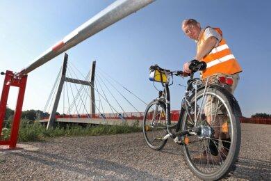Eine Schranke verhindert die Durchfahrt: Ulrich Skaruppe muss auf dem Weg neben der Muldenbrücke in Schlunzig vom Rad steigen.