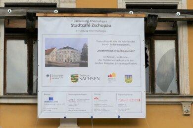 Auf einer neu angebrachten Plane wird über das Bauvorhaben im ehemaligen Stadtcafé informiert.