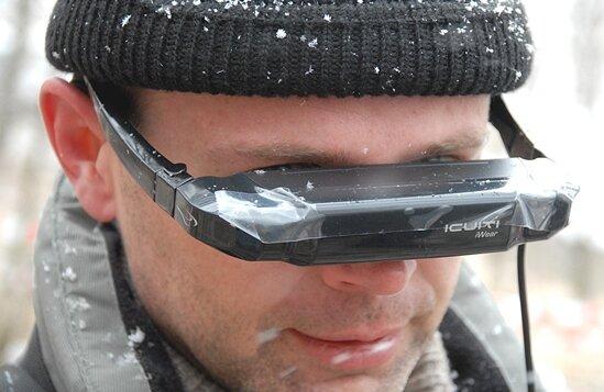Ronald Jung von der Firma OKM nutzt bei der Sondierung mit dem Metalldetektor eine Videobrille.