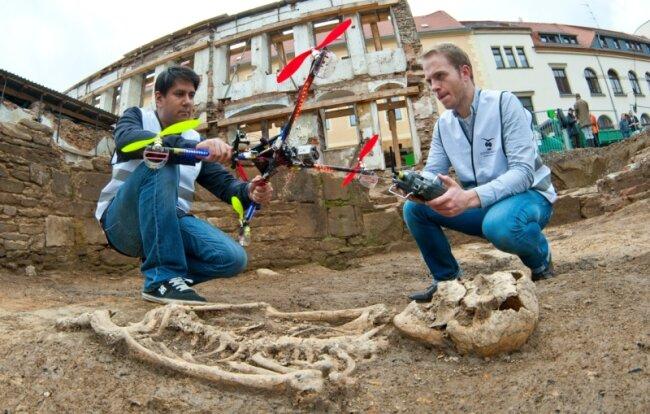 Philipp Nowak (Pilot) und Philipp Breinlinger mit dem Archäocopter, entwickelt von einer Gruppe der Hochschule für Technik und Wirtschaft Dresden sowie der Freien Universität Berlin. In Freiberg kam er erstmals zum Einsatz.