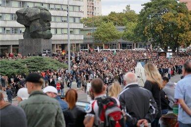 Die Bilder der Chemnitzer Demos von 2018 gingen um die Welt, samt Ausschreitungen. Die damalige Situation zeigte eine Gefahr auf. Rechte Mobilisierung verfängt unter bestimmten Umständen auch bei Normalbürgern. Darauf scheinen West-Rechtsextremisten nun zu bauen - und ziehen her.