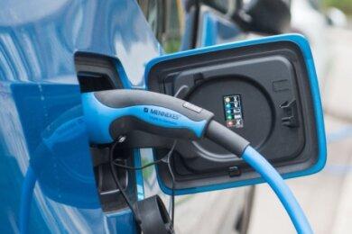 Mit E-Autos ans Klimaziel? Neuwagen sollen bis 2025 im Schnitt zunächst15 Prozent weniger Kohlendioxid ausstoßen, bis 2030 dann 30 Prozent weniger. Sonst drohen den Autobauern empfindliche Strafen.