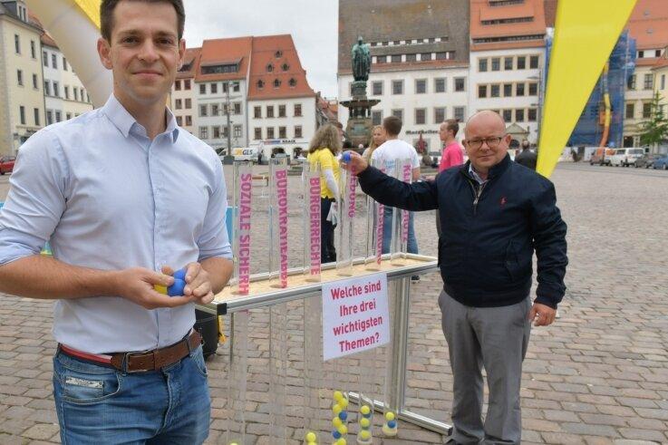 Beim Wahlkampf der FDP auf dem Obermarkt in Freiberg erhielt Direktkandidat Philipp Hartewig (l.) prominente Unterstützung durch den Landesvorsitzenden der Partei, Frank Müller-Rosentritt.
