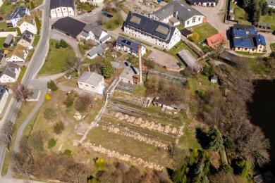 Blick aus südlicher Richtung auf die Saigerhütte: Im Vordergrund ist die alte Gärtnerei zu sehen, die in einen Park verwandelt werden soll.