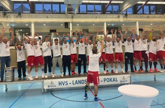So sehen Sieger aus: Mit dem Gewinn des Sachsenpokals am Sonntag in Döbeln haben die Zwickauer Handballer den Drittliga-Fußballern des FSV nun etwas voraus.