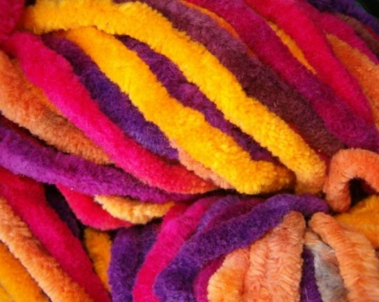 Chenillegarn hat abstehenden Flor - kurze, feine Fäden. Solches Garn wurde bei der Firma Ebert & Co. in Lichtenstein gewebt.