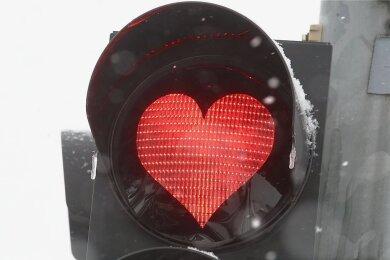 """Das Herz spricht, wo mitunter ein deutliches Stopp-Zeichen angebracht wäre: Im Vogtland und in Westsachsen sind Polizeiangaben zufolge mehrere Frauen auf einen Liebesbetrüger hereingefallen, der häufiger das Pseudonym """"Danny Steinbach"""" verwendete."""