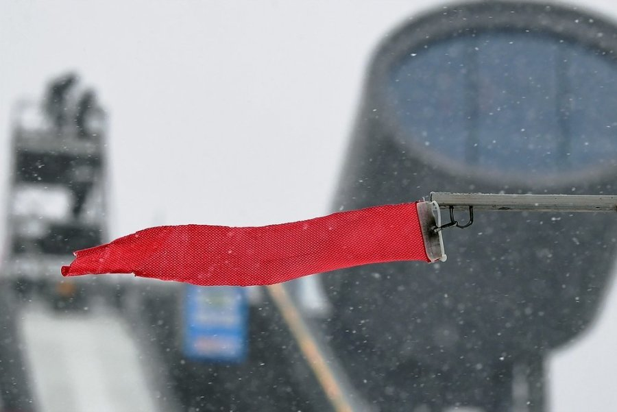 Wind in der Vogtland-Arena soll nicht gleich zur Absage eines Wettkampfes führen. Deshalb werden von einer heimischen Firma die Fundamente für ein neues festes Windsegel installiert. Zum Sommer-Grand-Prix der weltbesten Skispringer-Innen soll es am 2./3. Oktober zum Einsatz kommen.