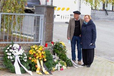 Stilles Gedenken: Die Vorsitzende der Jüdischen Gemeinde Chemnitz, Ruth Röcher, mit ihrem Mann Heinz-Walter Röcher gestern in Plauen.