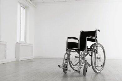 Dieses Symbolbild steht für Antons Schicksal. Der Zehnjährige saß im Rollstuhl. Als seine Mutter ihn am 20. Juni 2016 aus dem Stuhl heben will, rutscht der Junge auf den Boden und fällt auf den Kopf. Der Schädel war bei dem Sturz gebrochen, es entstanden Hirnblutungen.