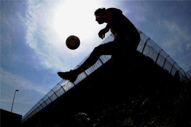 Ein Jugendlicher bei einem Fußballturnier in einer Jugendhaftanstalt. Geht die Justiz zu mild mit jungen Straftätern um? Ja, finden viele Kritiker eines im erzgebirgischen Aue ergangenen Urteils.
