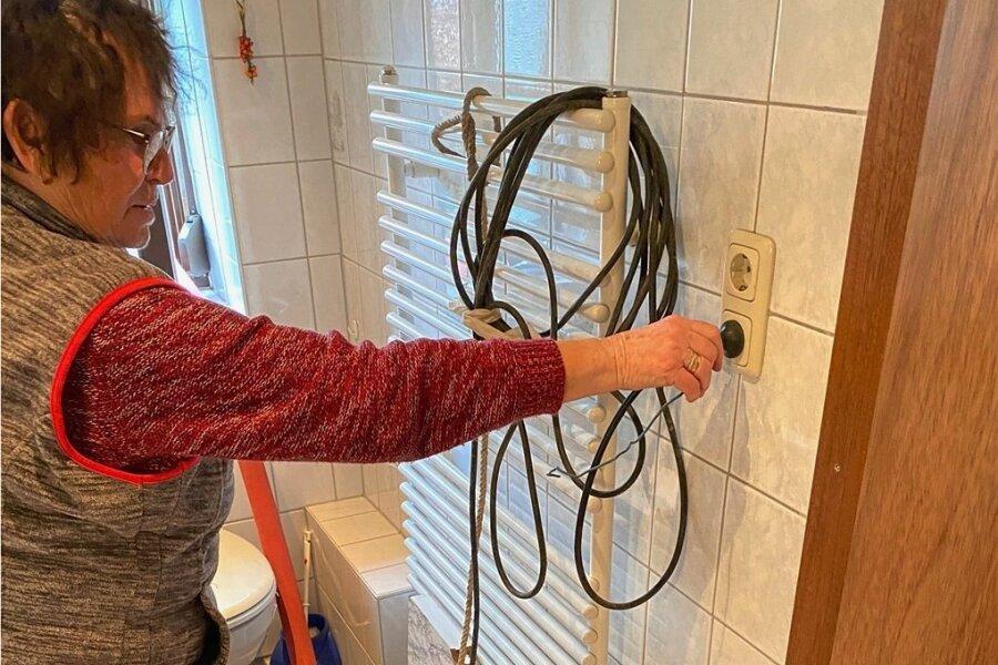 Eine Pumpe saugt Wasser aus der unterirdischen Kammer in Monika Walthers Badezimmer.