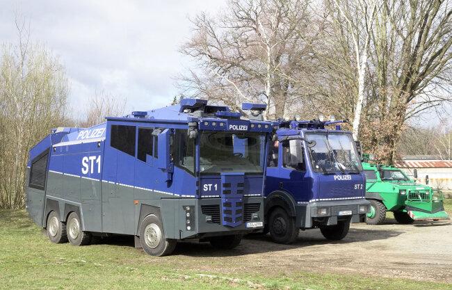 Auch Wasserwerfer waren vorsorglich nach Chemnitz gebracht worden.