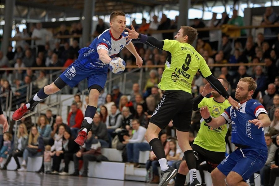 Sebastian Poppitz (am Ball) und seine Kollegen spielen am Samstag erstmals wieder vor Fans. Foto: Andreas Kretschel/Archiv