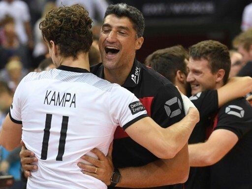 Die deutsche Mannschaft feiert ihren ersten Sieg