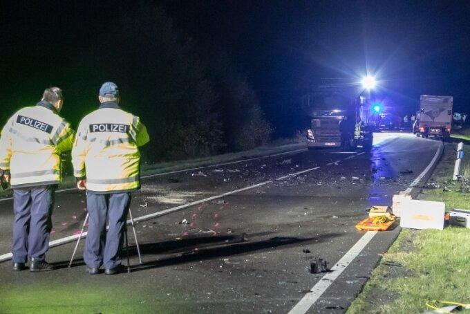Trümmerfeld auf dem Auer Autobahnzubringer: Für einen 36-Jährigen kam jede Hilfe zu spät; er verstarb noch an der Unfallstelle.