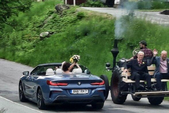 Ein Hingucker waren auch die Hochzeitsautos an diesem Tag - größer könnten die Unterschiede kaum sein.