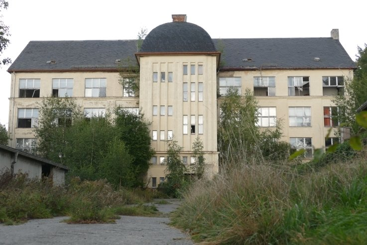 Noch steht die ehemalige Strumpffabrik Decker an der Grießbacher Straße im Ortsteil Weißbach. Die Gemeinde Amtsberg denkt jedoch über einen Abriss des 1922 errichteten Gebäudes nach, um dort einen Standort für den Bauhof einzurichten.