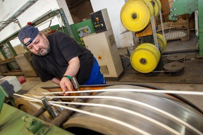 Die Stadt Plauen will mit den im Vogtländischen Kabelwerk produzierten Datenleitungen sämtliche städtische Schulgebäude ausstatten. Mike Buchta (Foto) vom Kabelwerk überprüft die Kabel auf ihre Qualität.