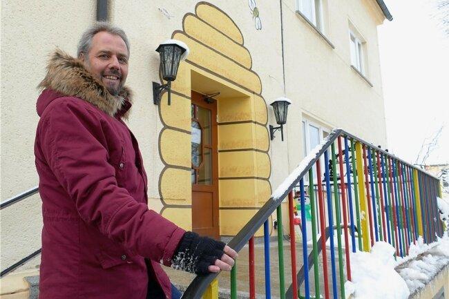 Zschopaus Oberbürgermeister Arne Sigmund vor der Kita Bienenhaus im Ortsteil Krumhermersdorf. In Brandschutzvorkehrungen will die Kommune dieses Jahr 185.000 Euro investieren.