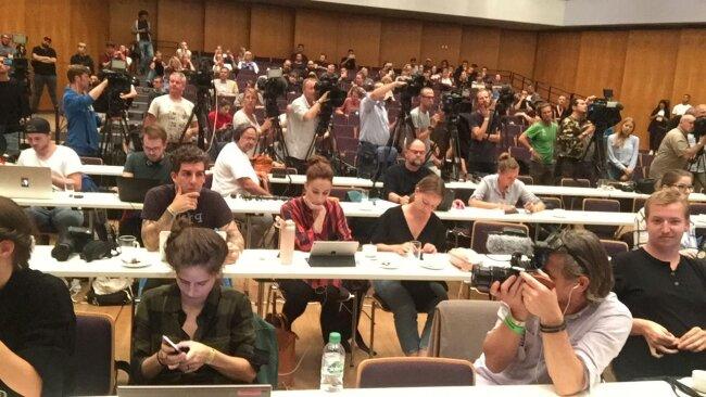 200 Journalisten nehmen an der Pressekonferenz teil.