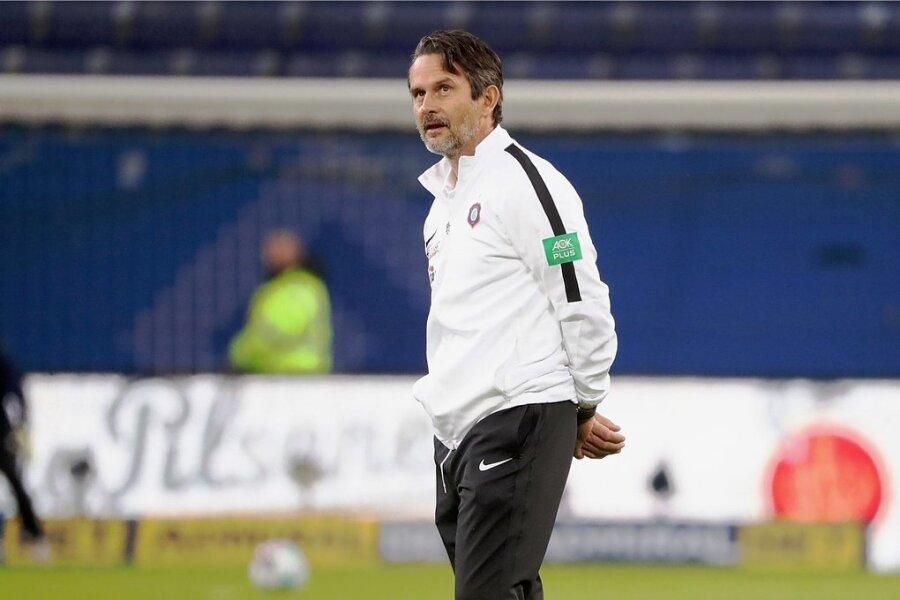 Hat vor dem Spiel in Hannover ein paar Sorgenfalten auf der Stirn - FCE-Trainer Dirk Schuster.