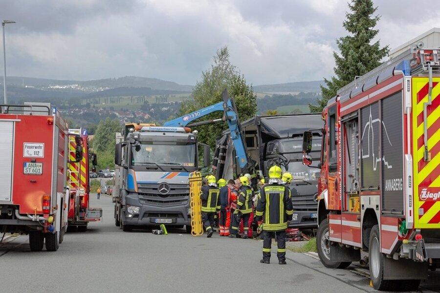 Im Gewerbering in Annaberg musste am Donnerstag ein auf einem Laster unter Metallplatten eingeklemmter Mann geborgen werden.