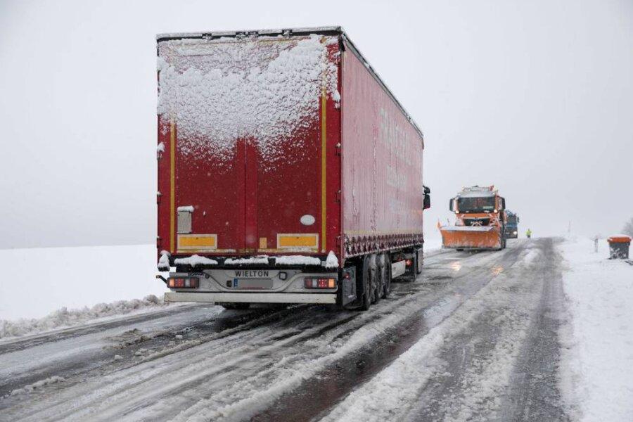 Wintereinbruch in Sachsen: Der Schnee hatte die Straßen im Griff