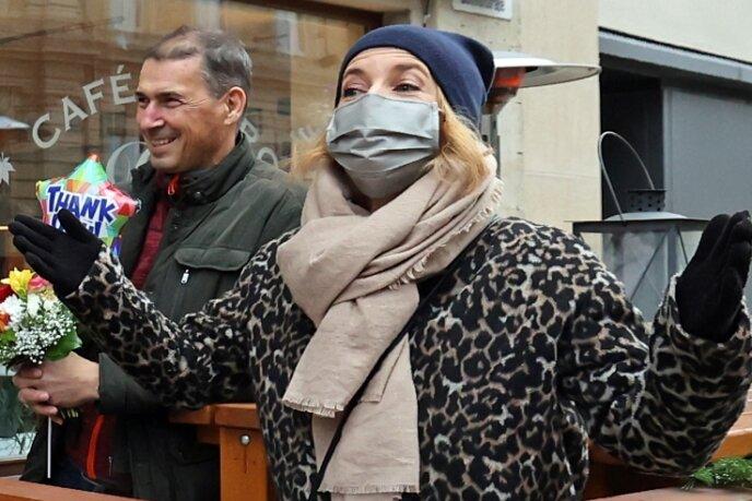 """""""Landrätin"""" Therese Langhof-Thomas schwört die Vogtländer vor dem Café B4 an der Bahnhofstraße aufs Klöße-Essen ein. Es war der Startschuss für die Hilfsaktion mit dem Hashtag """"itzelassmerkochen"""". B4-Geschäftsinhaber Thomas Kuhr (links) wusste bis zu seinem Eintreffen nichts von der Überraschung."""