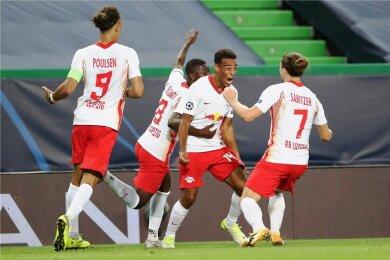 Jubel im Estadio Jose Alvalade in Lissabon: Tyler Adams (Zweiter von rechts) feiert sein Treffer zum 2:1 gegen Atletico Madrid. Marcel Sabitzer, Amadou Haidara und Yussuf Poulsen gratulieren.