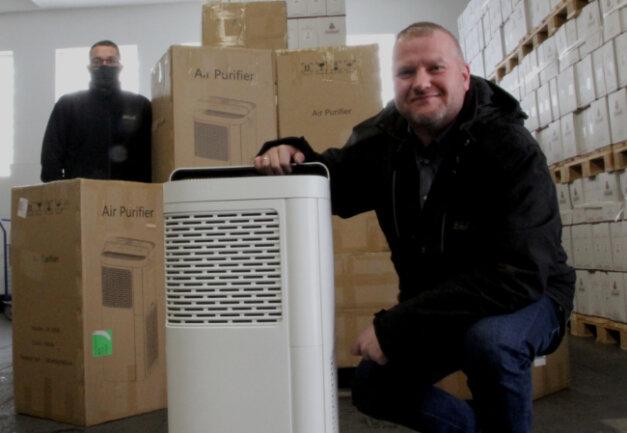 Diese Lieferung hat Mike Schneising (vorn, mit Mitarbeiter Patrick Schumann) sehnlich erwartet: Bei Lautergold trafen dieser Tage 40 Luftreiniger aus China ein.