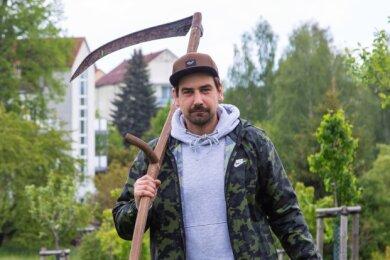 Dennis Klein, Mitarbeiter der Kreisnaturschutzstation, auf einer Blühwiese in Zwickau.