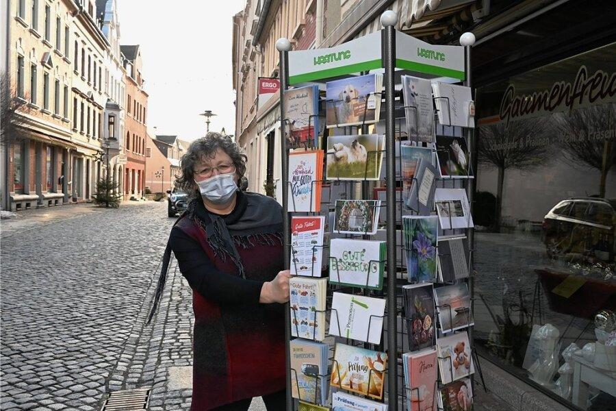 """Steffi Bettermann ist Mitarbeiterin im Geschäft Gaumenfreuden in der Herrenstraße in Stollberg. Für Werbeaufsteller müssen in diesem Jahr keine Gebühren gezahlt werden. Bettermann: """"Das die Aufsteller wieder stehen, ist eine gute Sache, weil so die Kunden aufmerksam werden."""""""