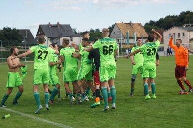 In Feierlaune: die Fußballer des FC Sachsen Steinpleis Werdau.
