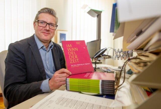 Museumschef Martin Salesch mit der neuen Broschüre.