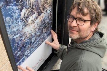 René Knoll von der Plauener Werbe- und Medienagentur Crea Comp brachte die Märchenszenen in den Schaukästen an.