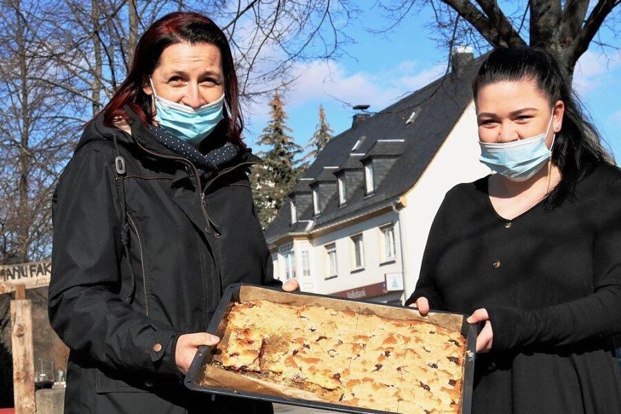 In der Eismanufaktur Kolibri in Flöha wurde Kuchen gegen Spenden verkauft. Das Geld kommt dem Flöhaer Verein New Chapter zugute, der sich um Kinder und Jugendliche mit Suchthintergrund kümmert. Anja Krukowski (links) undVanessa Gleingünther packten ehrenamtlich mit an.