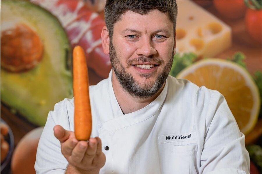 Geht doch: André Mühlfriedel kocht in der Rehaklinik in Altenberg frisch mit regionalen Produkten. Das schmeckt auch Patienten besser.