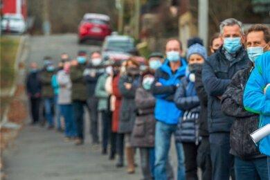 Im vergangenen Jahr versammelten sich Gegner der Straßenausbaubeitragssatzung, darunter Mitglieder einer Bürgerinitiative, in Thalheim zu einer Protest-Aktion. Der Streit ist noch nicht beigelegt.