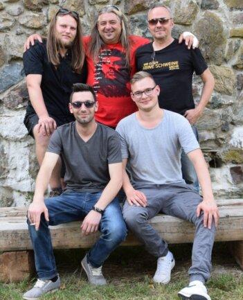 Die Band Lohberg hat sich nach der coronabedingten Zwangspause zurückgemeldet. Die Musik gibt es zunächst im Internet.
