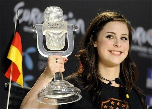 Aus der unbekannten Schülerin Lena Meyer-Landrut wurde zunächst ein deutscher Shooting-Star, dem mit dem Gewinn des Eurovision Song Contest in Oslo nun auch der Sprung auf die europäische Bühne gelang.