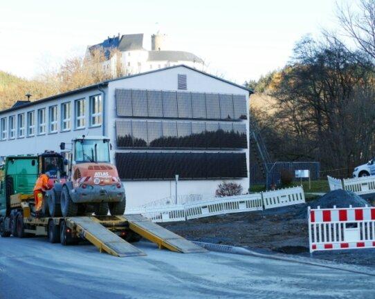 Im Gegensatz zum Straßenbelag der Bebel-Straße ist der Parkplatz an der Gemeindeverwaltung (rechts) noch nicht fertig. Da die Arbeiten wegen der frostigen Temperaturen erst im neuen Jahr fortgesetzt werden, sind die Baufahrzeuge bereits Ende vergangener Woche abtransportiert worden.