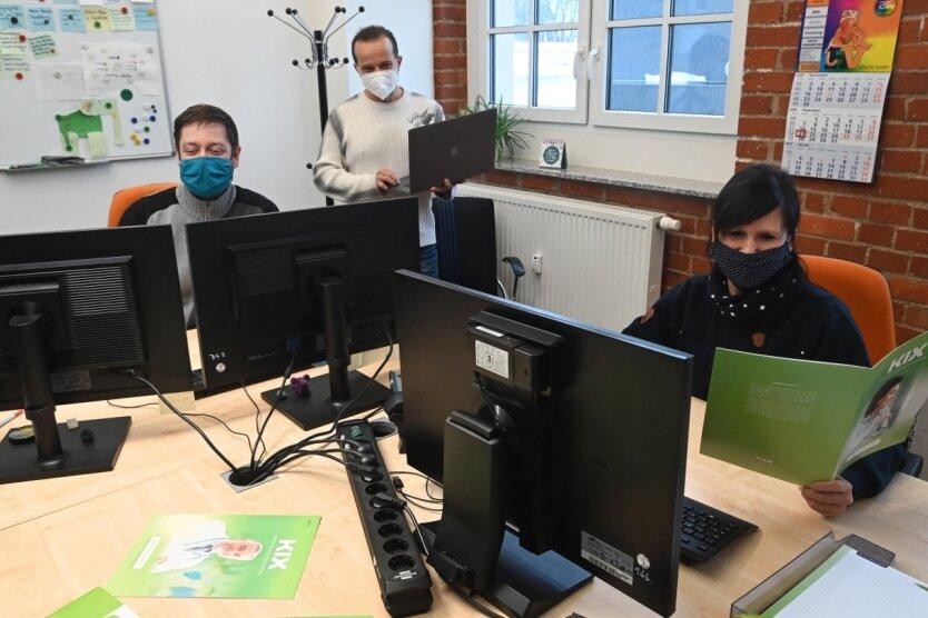 Firmenchef Rico Barth, Thomas Maier und Yvonne Kölling (von links) arbeiten in einem der Büros in der Schönherrfabrik. Die meisten Mitarbeiter sind allerdings im Homeoffice.