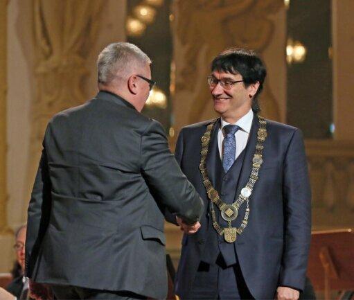 Stefan Knupfer (l.), Vorsitzender des Hochschulrates der WHZ, mit dem neuen Rektor, Stephan Kassel.