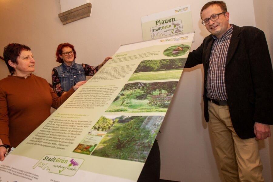 Bürgermeisterin Kerstin Wolf (links), Ulf Merkel, im Rathaus verantwortlich für das kommunale Grün, sowie Carmen Kretzschmar vom Büro Lokale Agenda 21 freuen sich über den Erfolg beim Umweltwettbewerb.