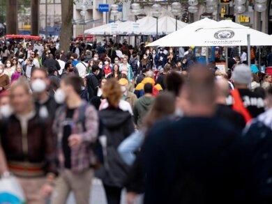 Zahlreiche Menschen spazieren durch die Fußgängerzone in der Münchner Innenstadt.
