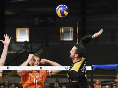 Kritisiert das EM-Konzept: Deutschlands Volleyball-Star Georg Grozer (r) in Aktion.