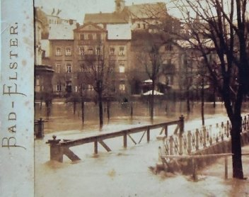 Dierk Häslich vor der noch jungen Weißen Elster in Bad Elster. Er sammelt alles, was mit dem Kurort zu tun hat. Historische Flussaufnahmen gehören auch dazu. Sie sind besonders selten.