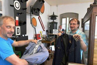 Im Museumsbahnhof in Großvoigtsberg führen Vereinsvorsitzender Mario Elsner (l.) und Dietmar Straube den Museologen Denis Loos aus Schönfels (r.) durch die Ausstellung. Der Fachmann soll ihnen Tipps für das Konzept geben.